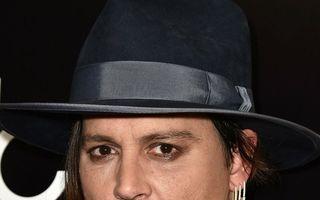 14 bărbați celebri care se machiază. Johnny Depp își conturează ochii cu creion dermatograf