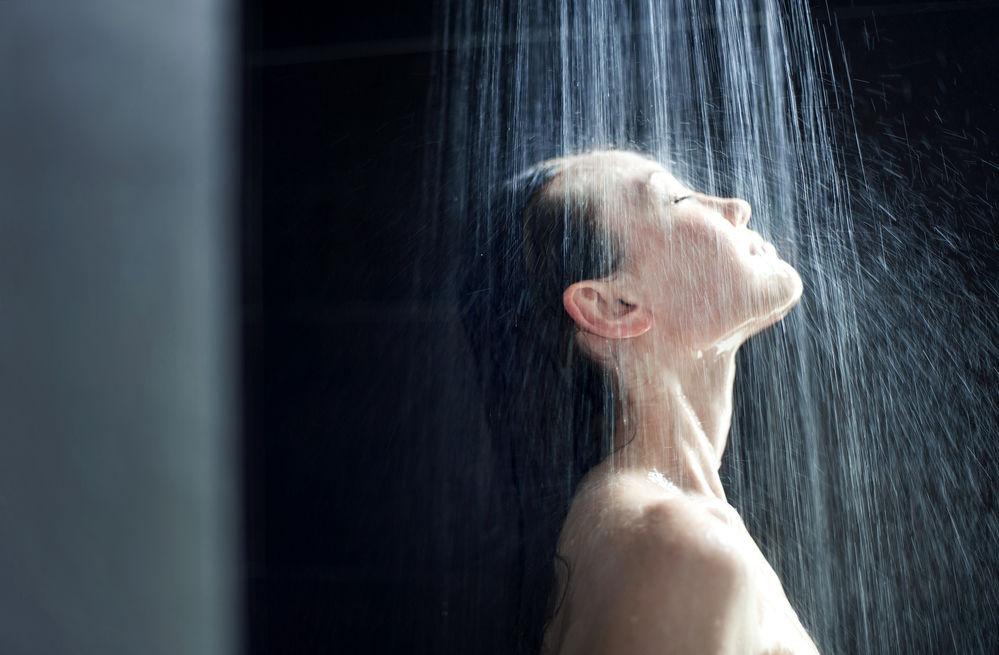 De ce nu este bine să te speli pe față când faci duș. 5 efecte negative
