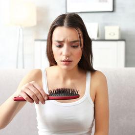 De ce ți se rărește părul și ce poți face pentru a preveni căderea