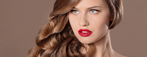 Castaniu auriu, nuanța de păr în tendințe care se potrivește oricui. Cum să o obții